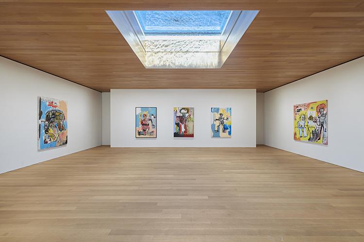 ザ・ブラント・ファウンデーションの展示会場の最初の部屋。天井が吹き抜けで、プールの中から空を見上げたような窓がある。とてもぜいたくな空間だ / Copyright Estate of Jean-Michel Basquiat. Licensed by Artestar, New York. Courtesy The Brant Foundation.