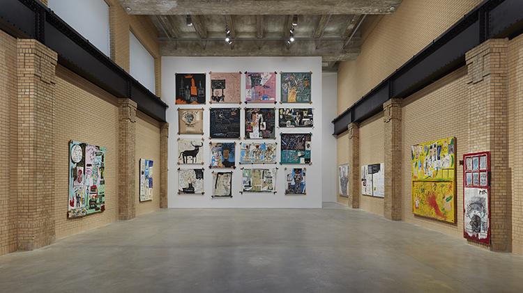 こちらは2Fの部屋。日本でのバスキア展と比べ、ペインティングが非常に多い。映像も、詩を書いたドローイングもほとんどない。画家の僕としては、紙に描いたドローイングや詩、映像が交ざった日本の展示よりもこちらの方が楽しめた / Copyright Estate of Jean-Michel Basquiat. Licensed by Artestar, New York. Courtesy The Brant Foundation.