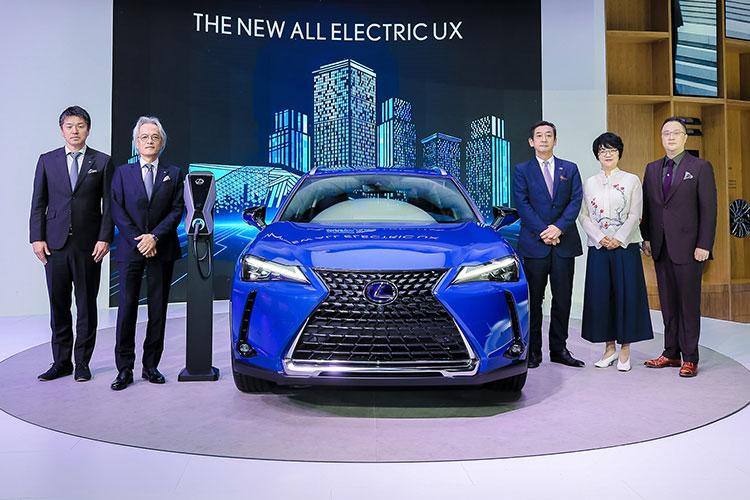 発表会における澤良宏プレジデント(左から2人め) 写真=レクサスインターナショナル提供