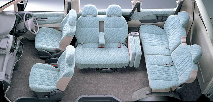 シートのアレンジは多様で2列めシートがこんなふうになる仕様もあった