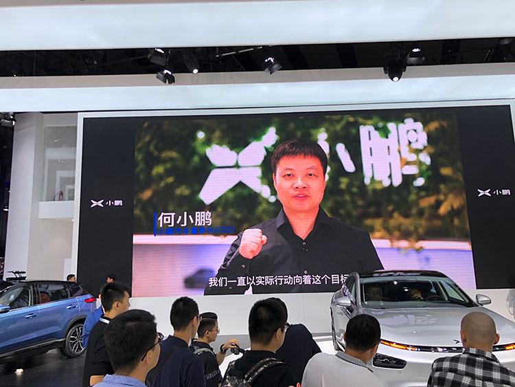 小鵬汽車(シャオポン)(画像はショー中にスピーチが流れた共同設立者の何小鵬氏)