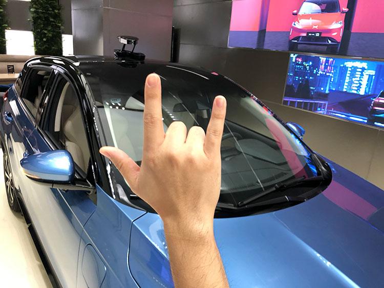 小鵬「G3」のセリングポイントはデジタル技術で、たとえばルーフに360度動くカメラを設置し、顔認証システムにより外のひとに追従し、ジェスチャーでシャッターを切る