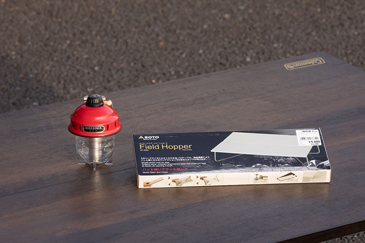 (左)LEDライト、(右)ミニテーブル