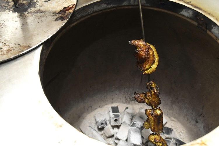 底で炭が燃やされ、500度近い高温まで上がるタンドール窯