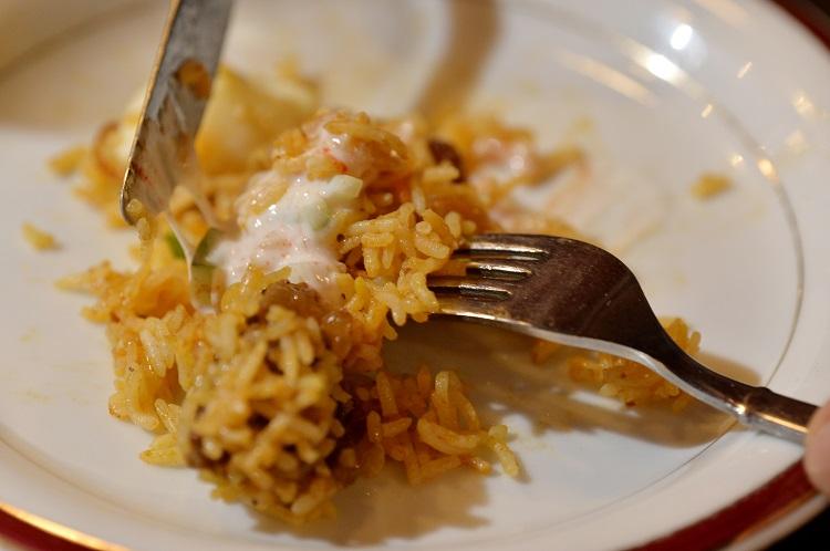きゅうり、玉ネギ入りのヨーグルトサラダ「ライタ」をかけて食べる