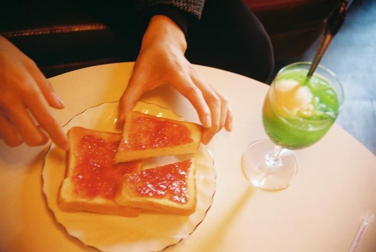 四谷の老舗純喫茶「コーヒー ロン」で味わうクリームソーダとジャムトースト