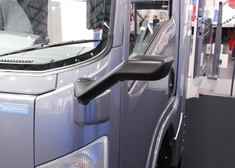 いすゞ自動車・エルフEVのデジタルアウターミラーのカメラ部。鏡より小型なので、それ自体、死角の削減に効果がある
