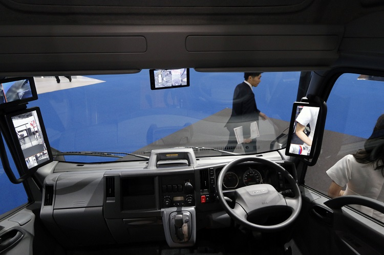 サイド、アンダー、バック、すべてのミラーがモニターになったいすゞ自動車・エルフEVの運転席。とにかく隅々までよく見えるのが印象的