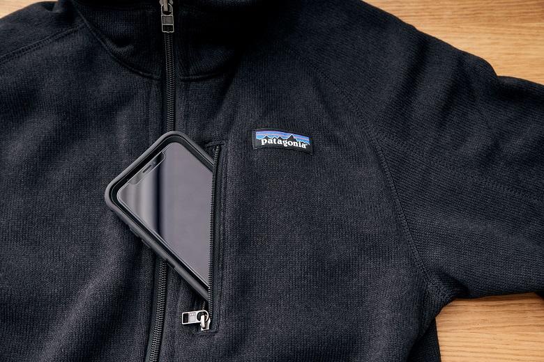 胸にはスマートフォンなどを収納できるジッパー付きの胸ポケット