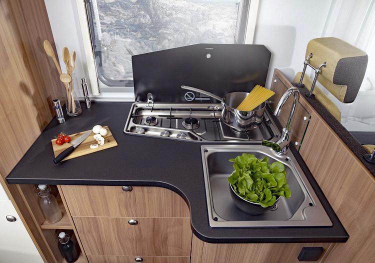 ヨーロッパ製キャンピングカー(自走式)のキッチン。蛇口の栓をひねると自動でポンプが動き水が出る。蛇口だけでなくシンクも構造要件だ(Photo:ADRIA mobile)