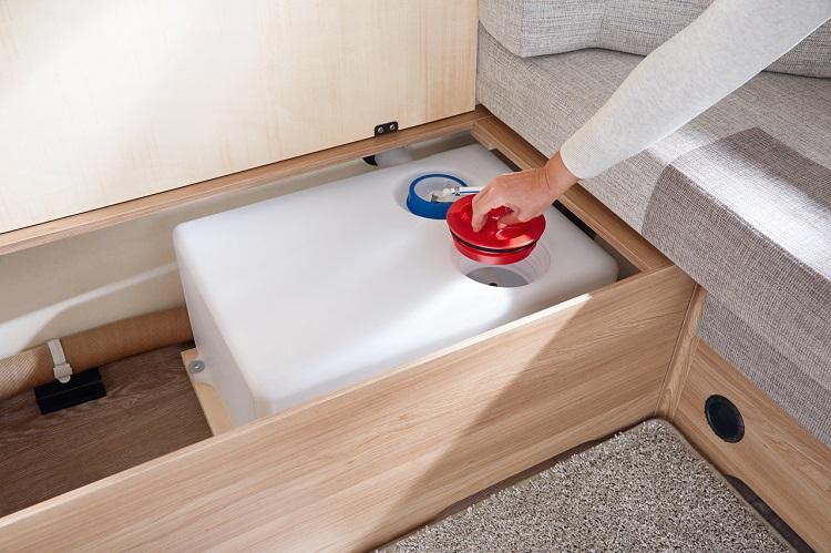 ヨーロッパ製の大型キャンピングトレーラーの、固定式の清水タンク。大型のキャップを開ければタンク内の清掃ができるようになっている(Photo:Hobby)