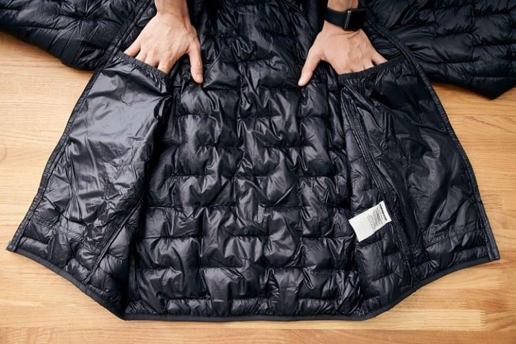 内側にドロップイン型ポケットが2つ。体に近い場所にグローブを入れて体温で乾かすためのものだが、もちろん収納に使ってもOK