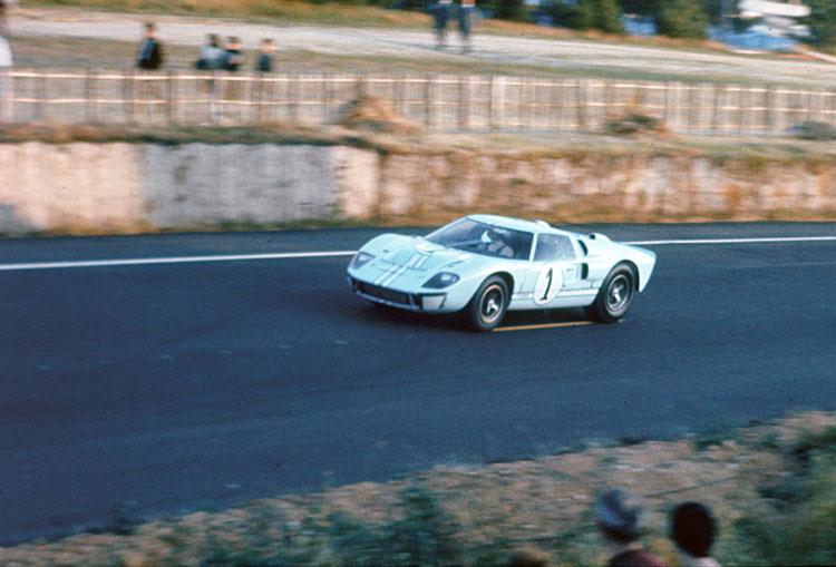 ケン・マイルズらが乗った写真のマークⅡは66年のルマンで優勝を目の前にしながら、いくつかのレース運営上のトラブルで2位になってしまった