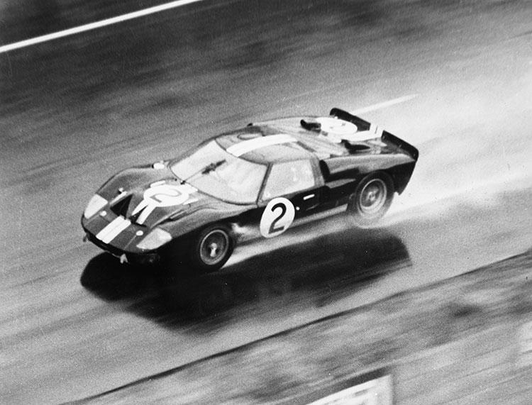 66年ルマンで優勝することになったブルース・マクラーレンらのマークⅡ
