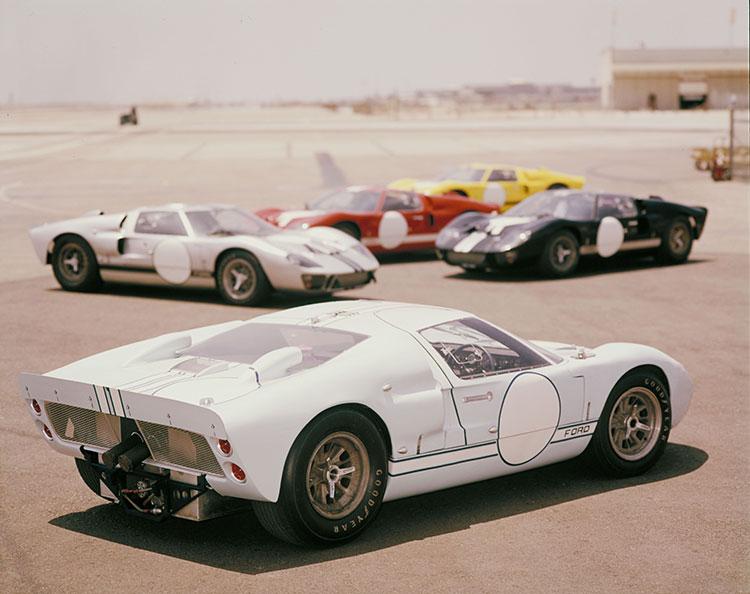 夜をまたぐ耐久レースでは車体の識別が大事なので個体ごとに明確に塗り分けがされていた