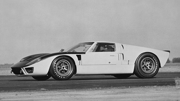フェラーリなどとはだいぶ異なる直線的なシェイプがフォードGTの特徴