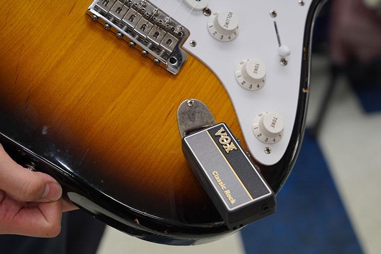 amPlug2をギターに差し、ヘッドホンを接続して使う