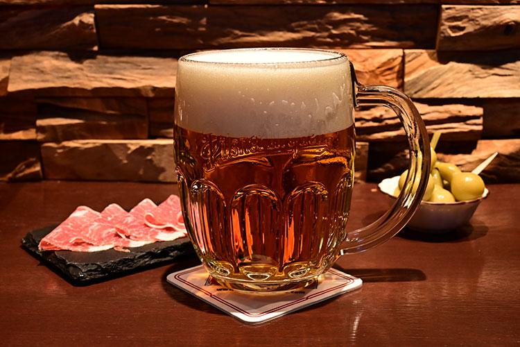 ピルスナーウルケルは、適度に炭酸が抜け、ビールの味わいが引き出される「ハラディンカ注ぎ」で