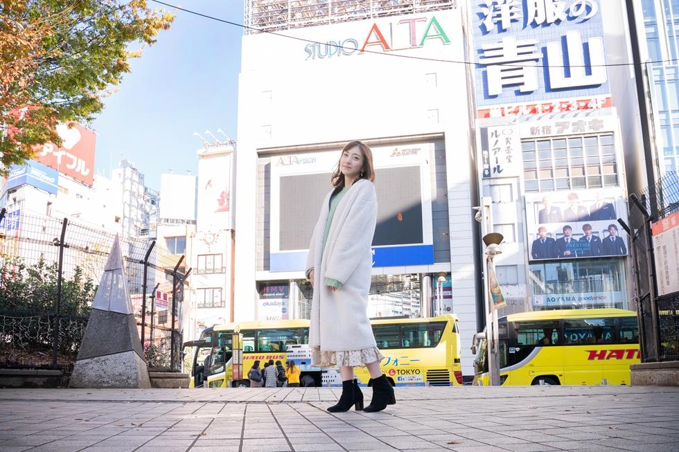 バラエティー番組で活躍するリポーター・坂本麻子さんと新宿東口を歩く