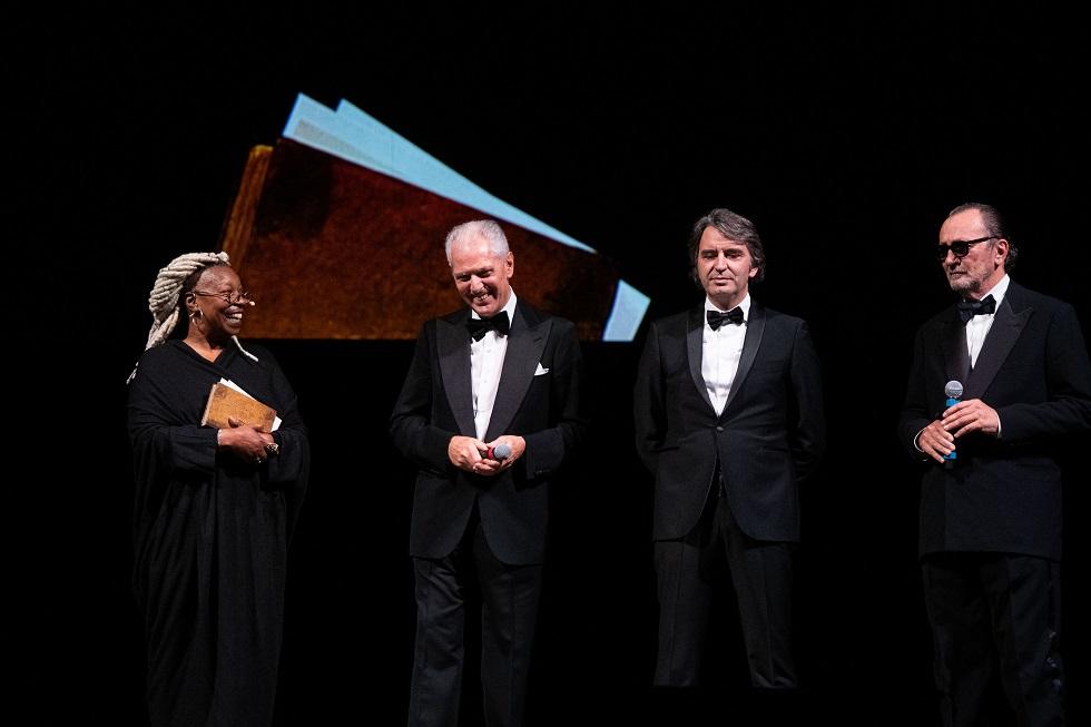 2 発表会での壇上で、左からウーピー・ゴールドバーグ、ピレリ社のマルコ・トロンケッティCEO、ベローナ市のフェデリコ・スボアリナ市長、パオロ・ロベルシ氏