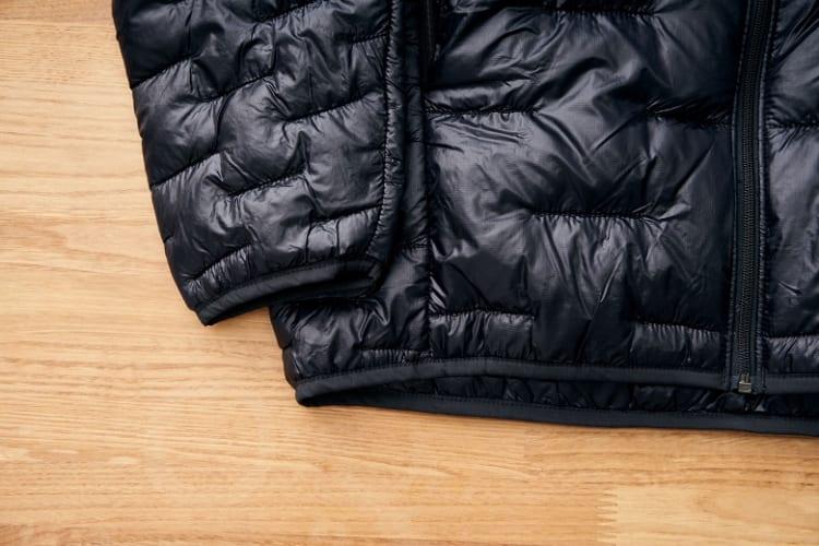 あたたかい空気を閉じ込めてくれる伸縮性を備えた袖口と裾