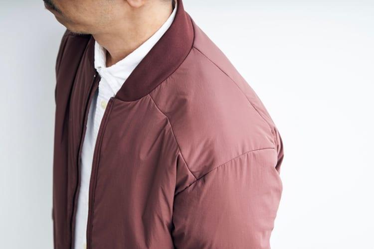 肩のパネルはラグラン風に。バックパックとの摩擦に起因する縫い目のほつれを防止するとともにフィット感を高めている