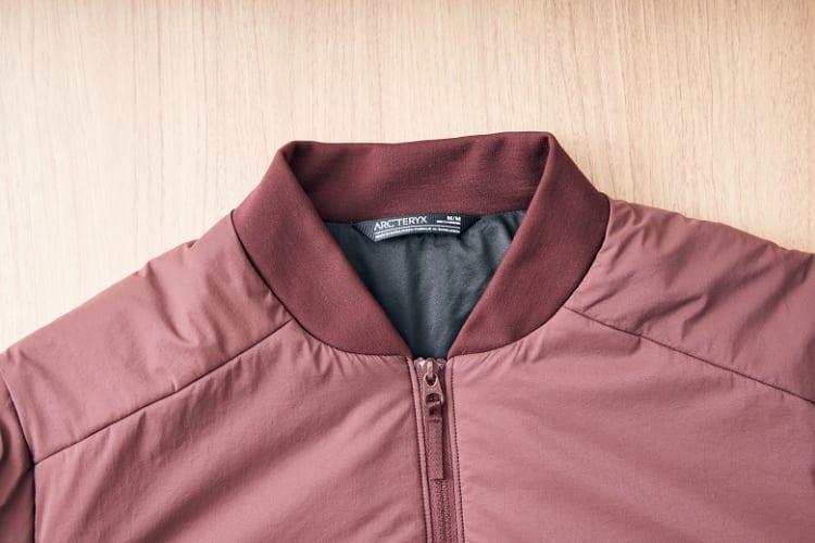 襟は流行のボンバースタイルを採用