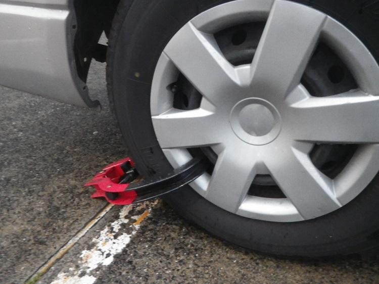 盗難防止グッズのひとつ、タイヤロック。盗難対策は二重三重に!やりすぎということはないのだ