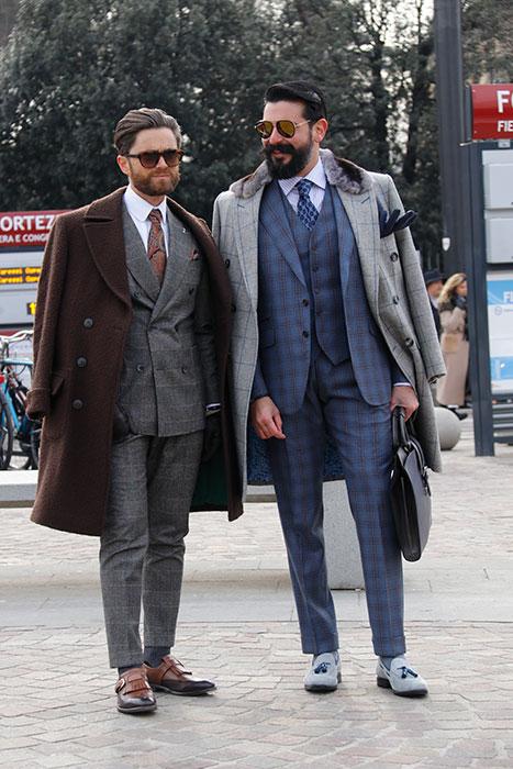 ファッション・インフルエンサーのニッコロ氏(左)。コートはアレッツォの「T.A.C.S.」、シューズはフィレンツェの「アンドレア・ヴェントゥーラ」