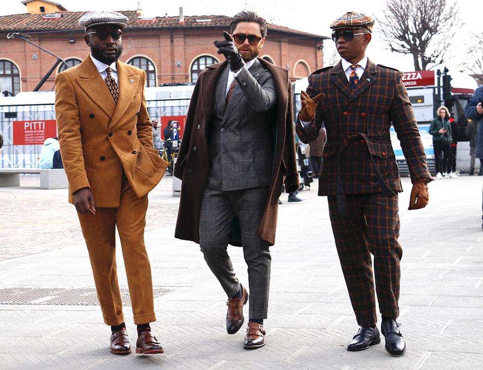 左はナビビア、右は南アフリカ共和国から。今回のいでたちは、曽祖父や祖父の世代である1920-30年代を意識したという。イタリア人インフルエンサー、ニッコロ氏(中央)と共に