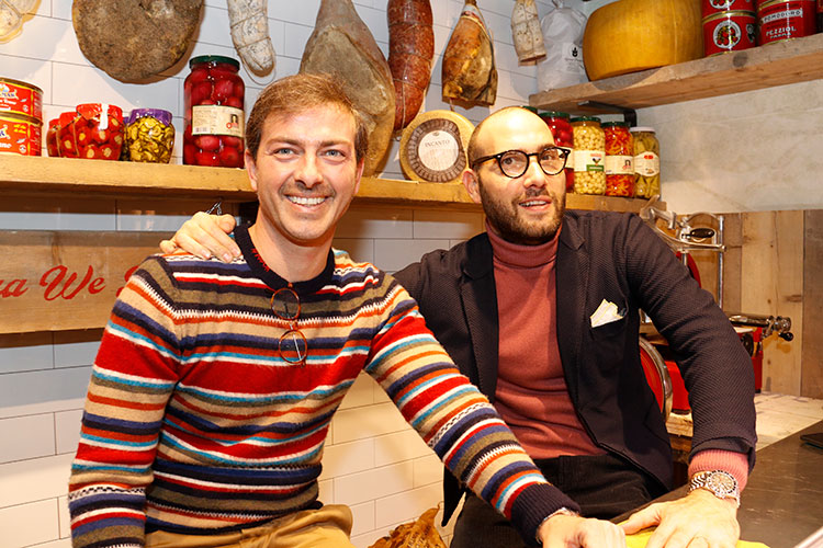 トスカーナの古い食料品店を模した「ボブ」のブースで。デザイナーのアレッシオ・ボナユーティ氏(左)と、彼とともに創業者であるトンマーゾ・ベッリーニ氏