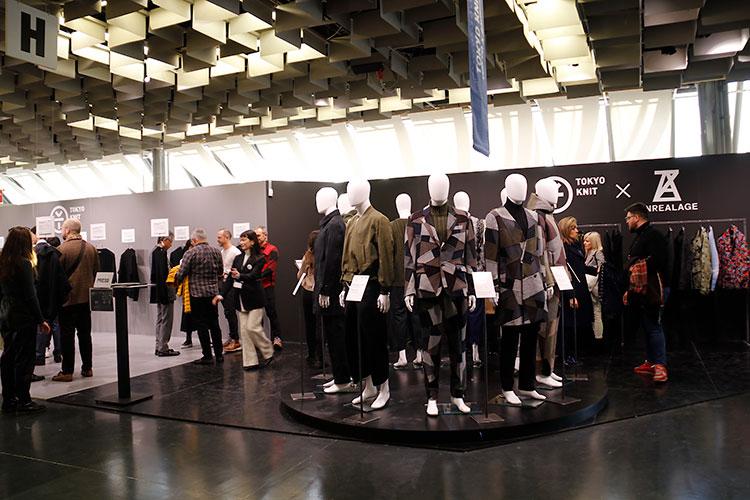 「TOKYO KNIT」は森永邦彦のカプセルコレクションを中心に展開。左奥では、加盟製造事業者24社によるパーカーや長袖Tシャツ22点が展示された