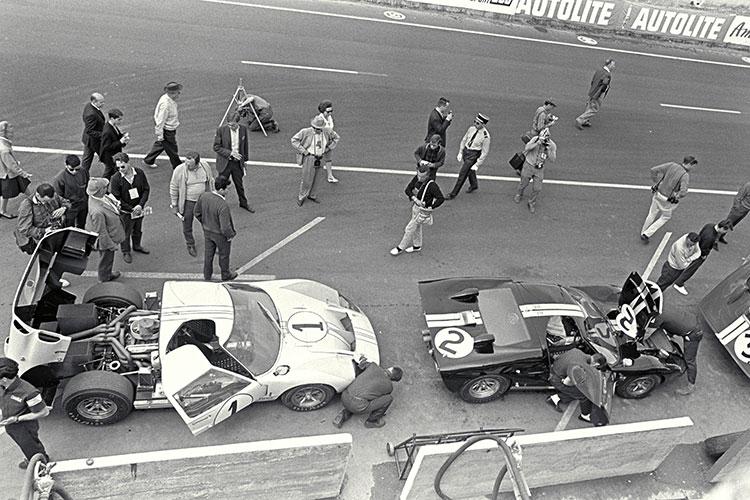 66年ルマン24時間レースのフォードのピット(左がケン・マイルズら、右がブルース・マクラーレンらの車両)