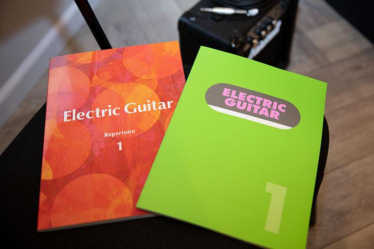 有料講座で使用する、ドリル(右)とレパートリー曲集(左)