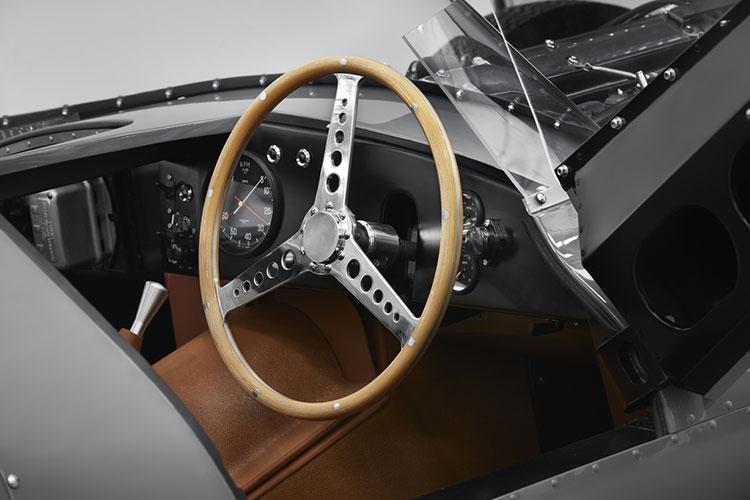 レースカーなので回転計のみで速度計はない