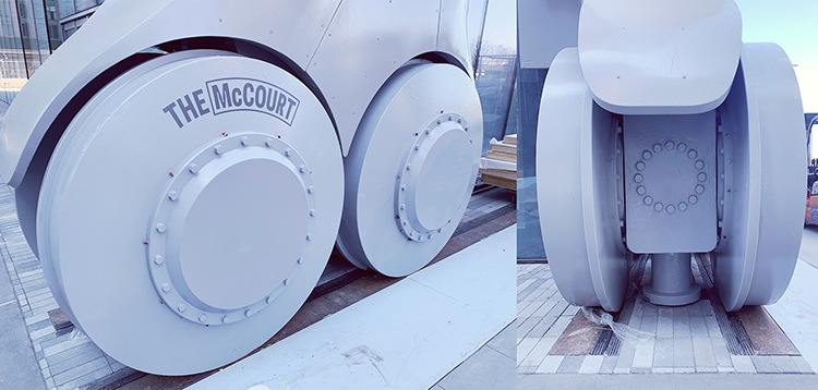 シアターの名前「ザ・マッコート」が車輪にかかれている