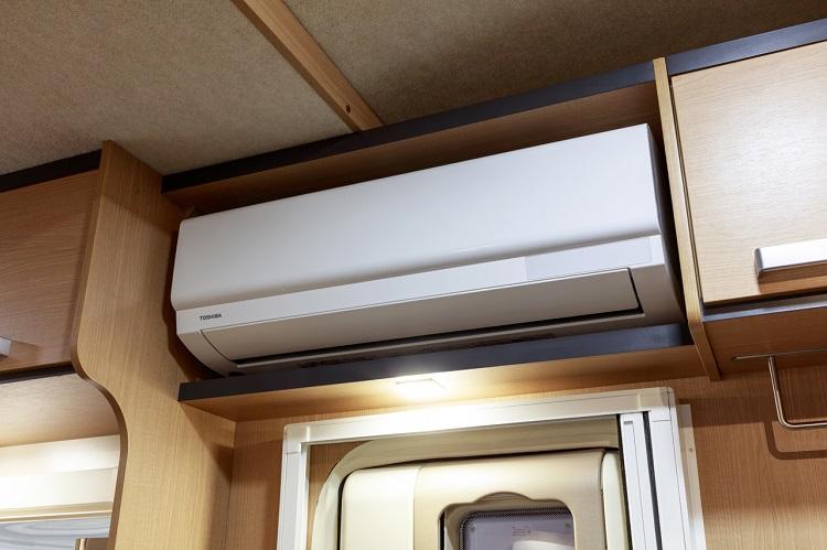 エントランス上に設けられた家庭用エアコン。標準のバッテリー装備では外部電源でのみ作動だが、待望の標準装備化が実現(画像提供:VANTECH)