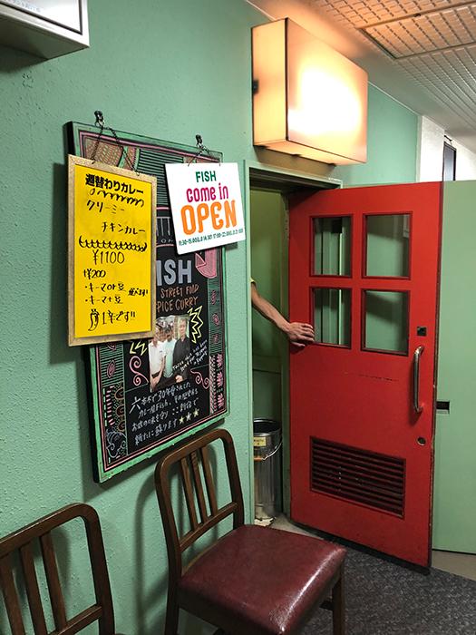 西新宿の飲食街の一角にある新店は会社員に加え、学生の客も多い