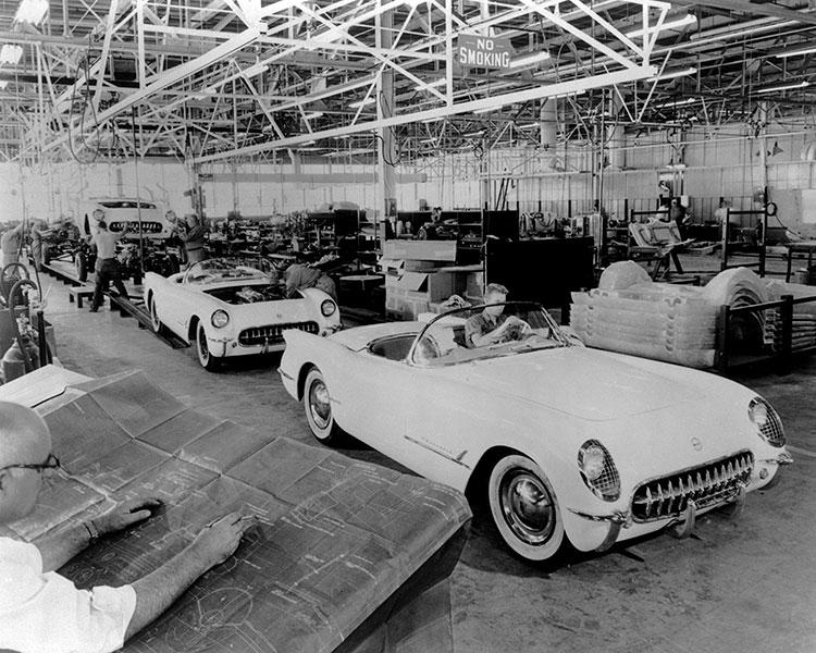 53年当時はほとんど手作り(手前右に95キロしかない軽量フロアパンが積んであるのが見える)