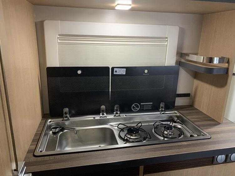 キッチンユニットは前モデルより拡張され、使い勝手が向上。蓋はガラスに変更になった(画像提供:VANTECH)
