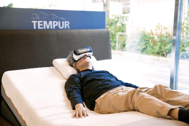 「NASAが開発した技術を基にしているだけに、すごくリアリティーがありますね」と、テンピュール®の無重力睡眠をVRで体験する茂木さん。使用したマットレスはテンピュール® オリジナルエリート25