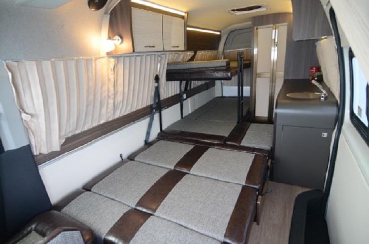 車内に「壁」が無くなったので、下段ベッドはこのとおり。広々とした就寝スペースであると同時に、長い荷物ものせやすい