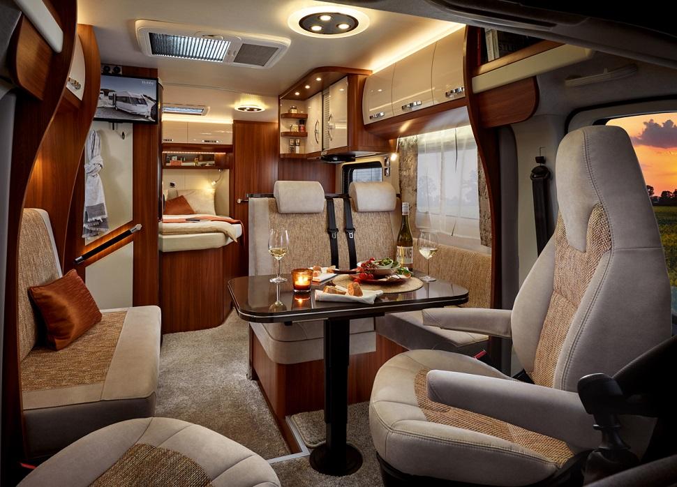 間接照明が随所に設けられ、家具やファブリック類の色合いも良い。デザイン性の高さがヨーロッパ製キャンピングカーの魅力だ(photo:HOBBY CARAVAN)