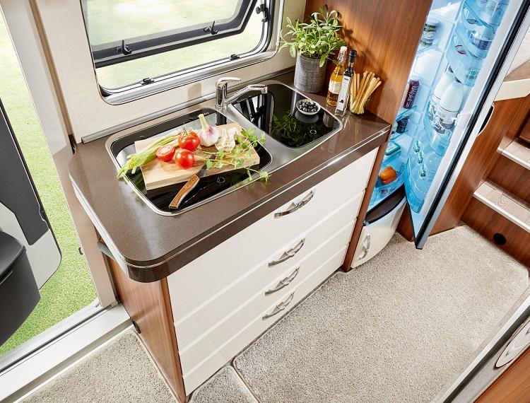 キッチン周りも実用的。冷蔵庫もしっかりしたサイズがある(photo:HOBBY CARAVAN)