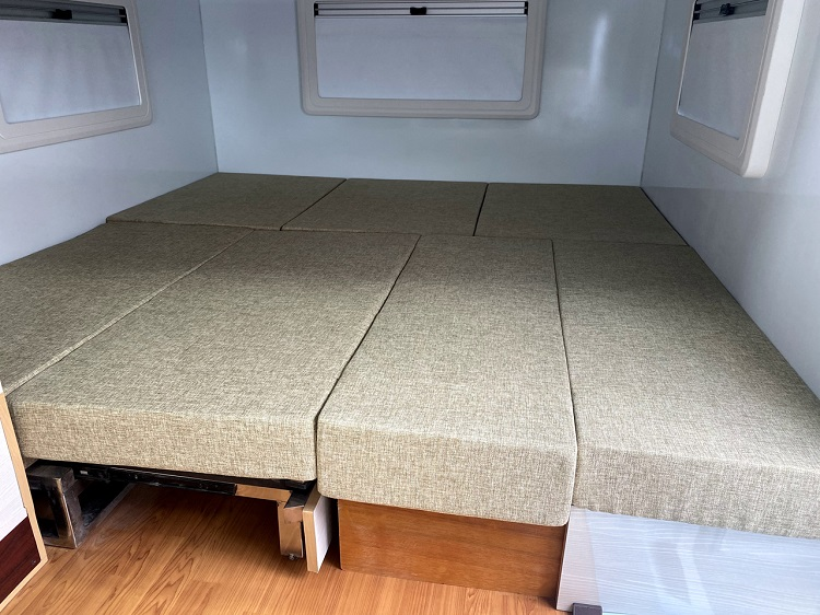 ベッド展開した状態。複雑なシートを使わずシンプルな機構でベッド展開できるところは、同社の車両に共通したメリットだ
