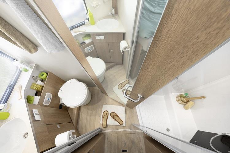 コンパクトにまとめられた機能的なバスルームもヨーロッパ製キャンピングカーの特長のひとつ(photo:Adria Mobile)