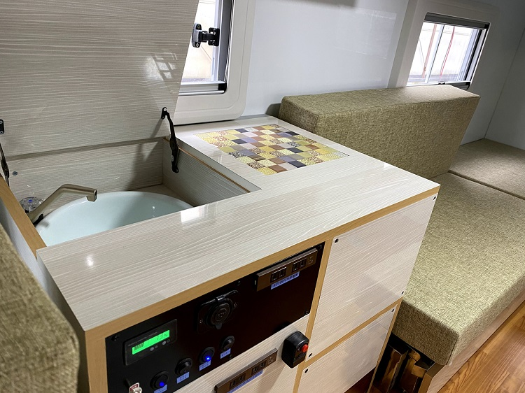 シンクには電子レンジを標準装備。照明などのスイッチも集中パネルでここに装備されている