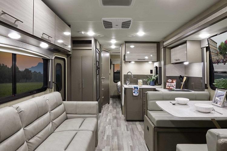 THORヴェガス27.7の室内。この広い室内と冷蔵庫、エアコンなどの豊富な装備が、アメリカ製キャンピングカーの魅力だ(Photo: Thor Motor Coach)
