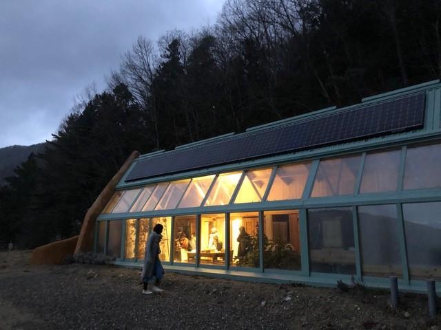 徳島にあるオフグリッド住宅「アースシップ」。広く見学者を受け入れているようです。見学すると、本当に価値観が変わります