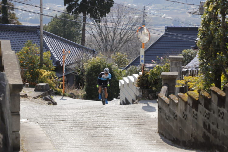 見下ろすと先が見えないような坂の連続。踊るようにペダルを踏み続ける「ダンシング」が途切れた途端に足をつくこと必至